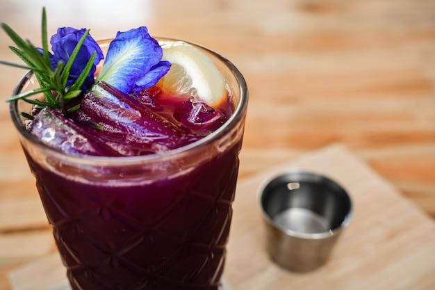 ガラスの蝶エンドウ豆とライムジュースを閉じる