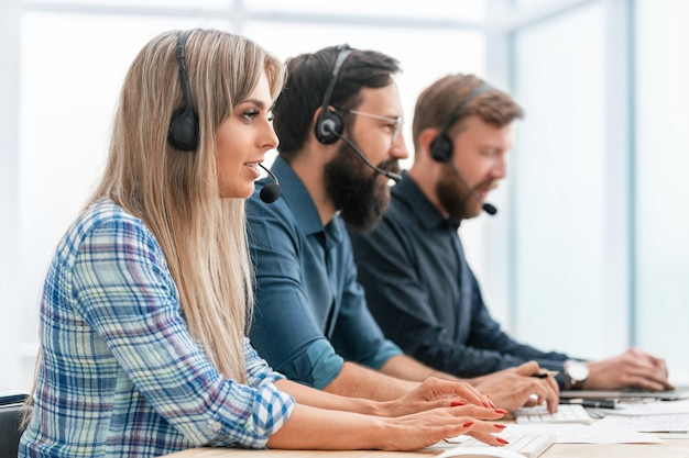 閉じる。コールセンターのオペレーターは、コンピューターを使用してクライアントと連携します。