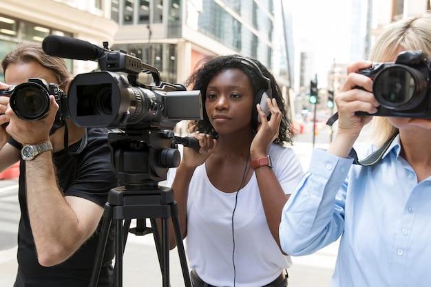 Primo piano sulla troupe televisiva che filma un'intervista