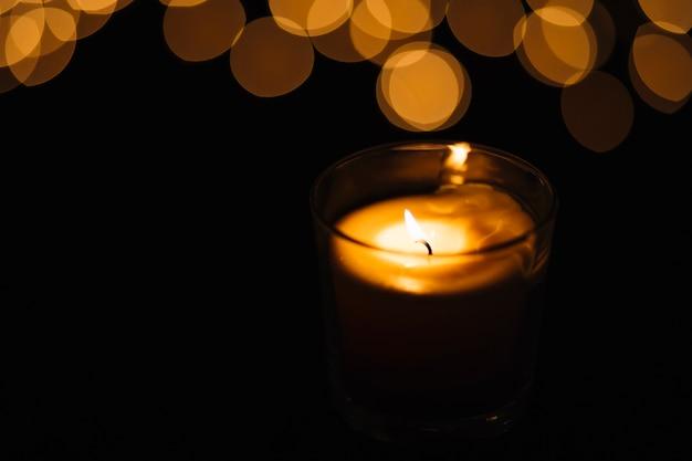 Крупный план свечи и пятнышки света
