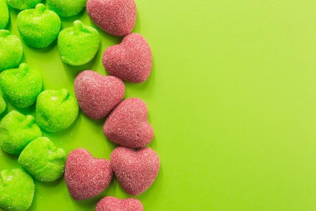 Крупным планом конфеты сердца и желе яблоки