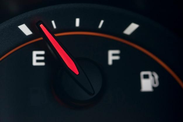 검은 배경에 근접 자동차 대시 보드 가솔린 미터.