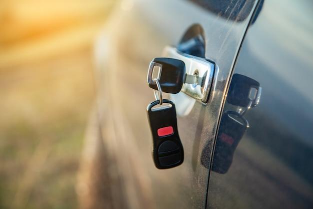 ロックのキーで車のドアを閉じる