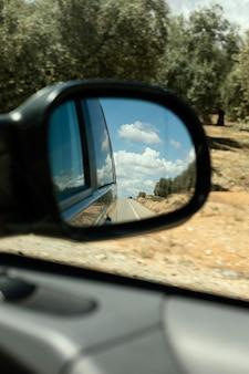 Крупным планом автомобиль зеркало вид на природу