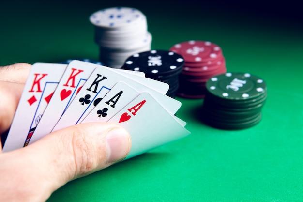 카지노의 게임 테이블에서 포커를하기위한 근접 카드
