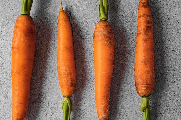 Крупным планом морковь с листьями