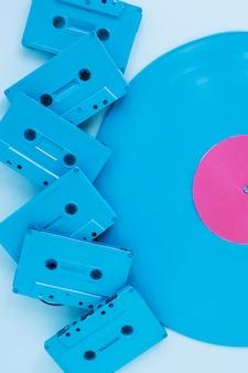 ビニールレコードの近くのクローズアップカセット