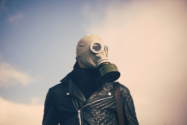 확대. 가스 마스크에 캐주얼 남자. 복사 공간 사진
