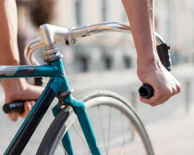 Крупным планом случайные мужчины езда на велосипеде на открытом воздухе