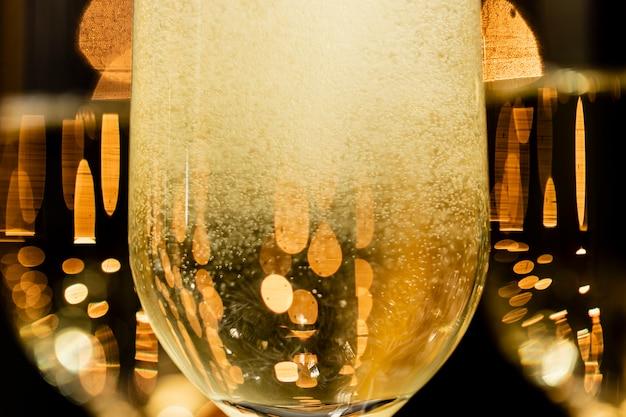 グラスでクローズアップシャンパンの泡