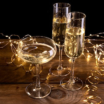 Бокалы для шампанского крупным планом на столе