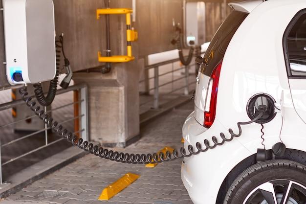 Крупным планом зарядка электромобиля