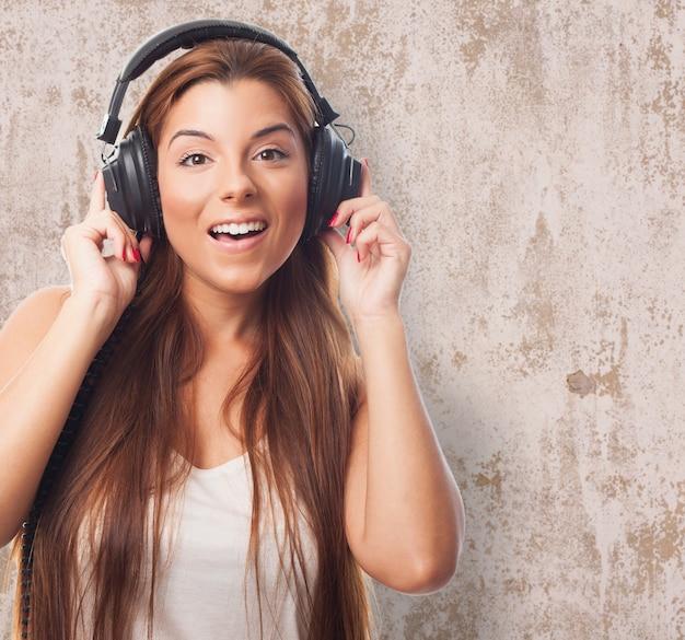 Primo piano di una ragazza allegra l'ascolto di musica