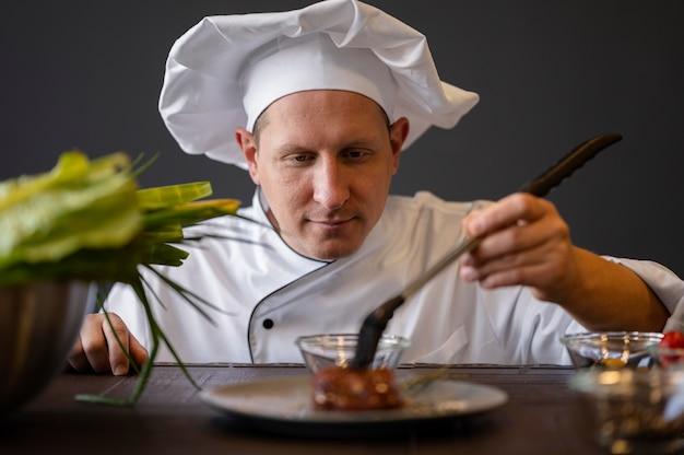 Крупным планом повар держит кисть