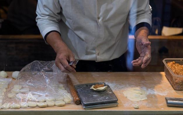 Chef di primo piano che prepara cibo tradizionale giapponese
