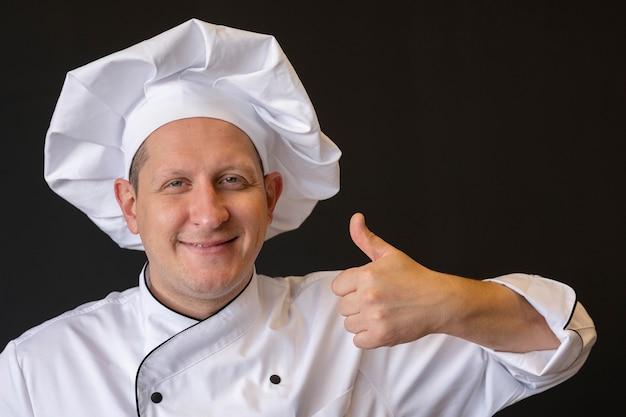 Cuoco unico del primo piano con il pollice in su