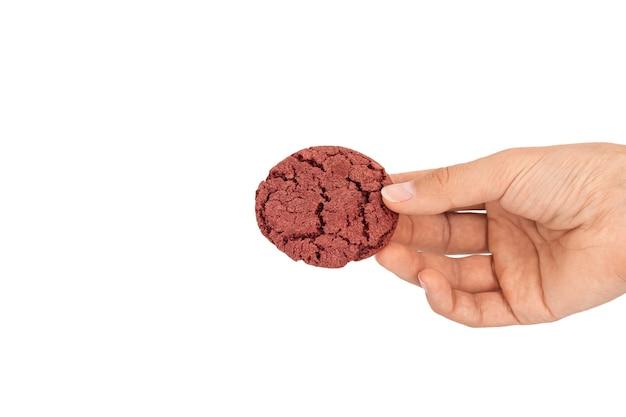 Крупным планом вишневое бархатное печенье в студии