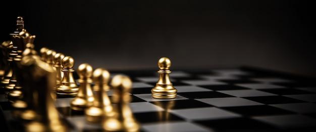 Крупный план шахмат перед рядом.