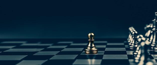 チェス盤のラインチームで最初に立っているクローズアップチェス。
