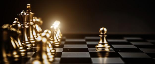 チェス盤のラインチームの最初に立っているクローズアップチェス。