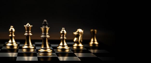 Крупный план шахматной команды на доске.