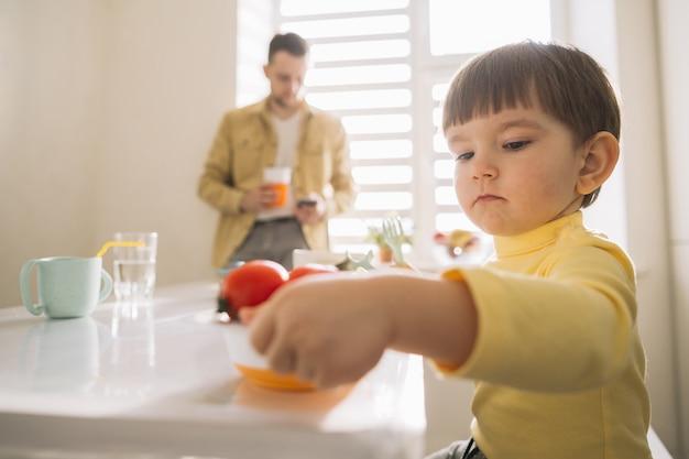 Ребенок крупным планом и размытый отец