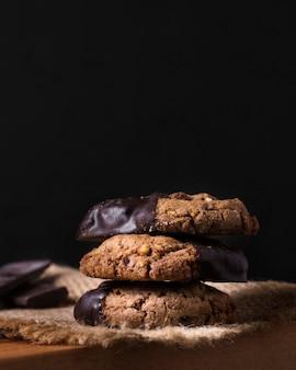 提供する準備ができているクローズアップのチョコレートクッキー