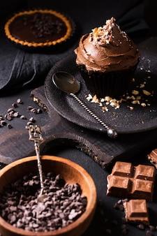 提供する準備ができているクローズアップのチョコレートカップケーキ