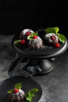Dessert del cioccolato del primo piano con zucchero in polvere