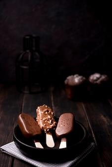 Gelati al gusto di cioccolato di primo piano