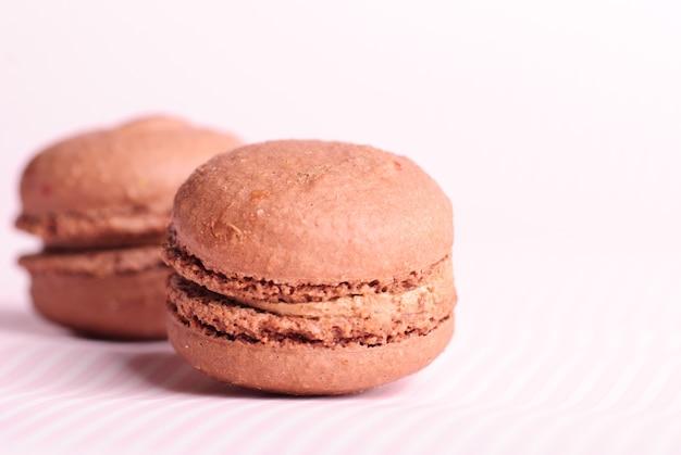Закройте шоколадное миндальное печенье на столе