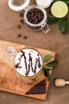 Primo piano frappè al cioccolato