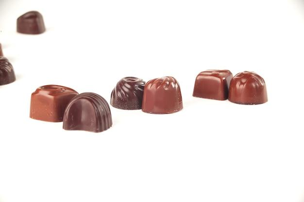 Закройте вверх. шоколадные конфеты. изолированные на white.photo с копией пространства.