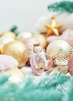 天使とクリスマスの装飾をクローズアップ