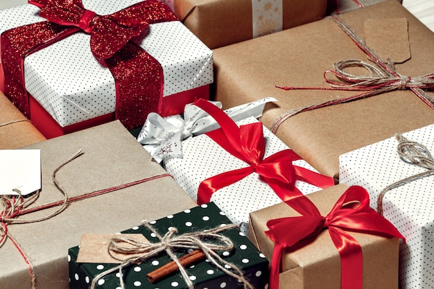 Закройте рождественские подарки на полу