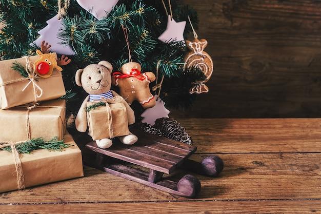 テーブルの上のクリスマスプレゼントを閉じる