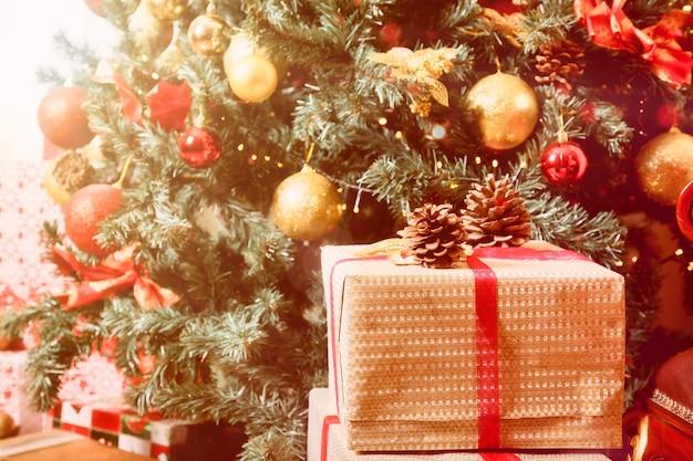 선물과 크리스마스 공 및 장난감으로 장식된 나무의 클로즈업 크리스마스 휴일 배경. 새해 복 많이 받으세요의 개념입니다. 장식 또는 홈 인테리어. 사이트 복사 공간