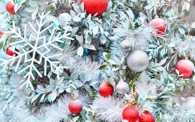 배경에 장식 된 크리스마스 트리를 닫습니다