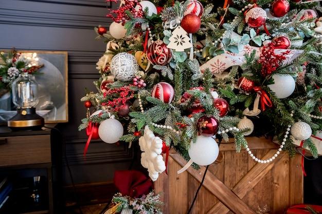 飾られたクリスマスツリーを閉じる