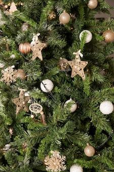 Закройте украшения елки в бронзовых и золотых тонах