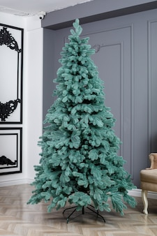 장난감 없이 근접 크리스마스 트리입니다. 좋은 새해 정신. 홈 인테리어에 녹색 인공 크리스마스 트리