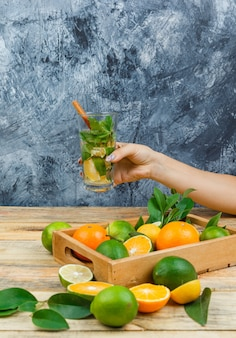 発酵飲料と木枠のクローズアップ柑橘系の果物