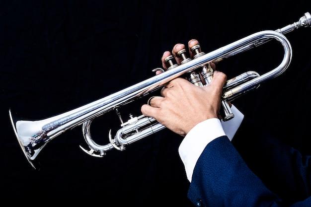 Крупный план классического музыкального симфонического оркестра трубы.