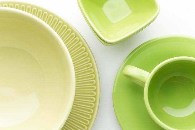 Закройте набор чистой посуды