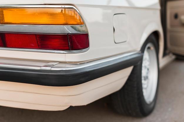Крупным планом чистят белый старый автомобиль