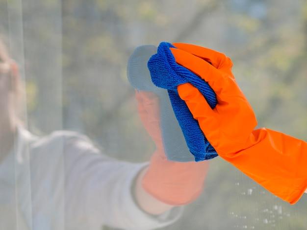 布で窓を掃除するクローズアップ