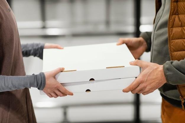 クライアントの小包配達をクローズアップ