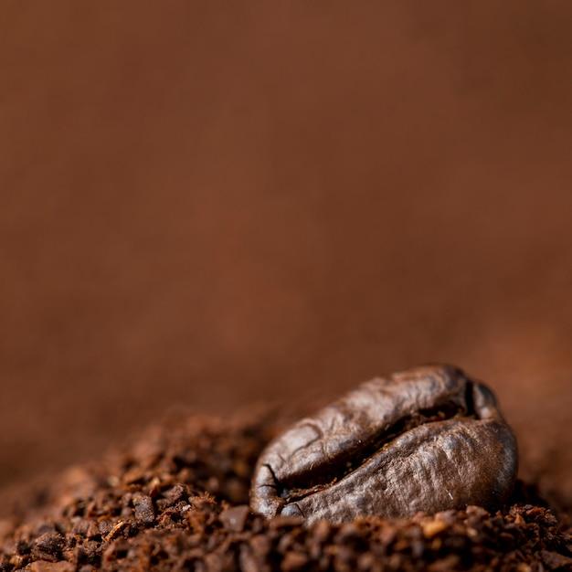 Крупный план кофейных зерен в растворимом кофе