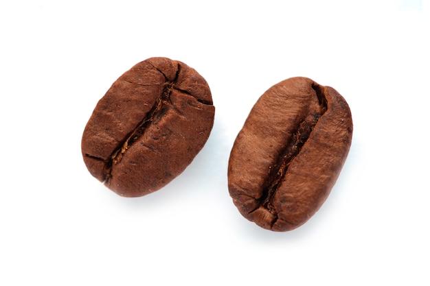 Закройте кофейное зерно на белом