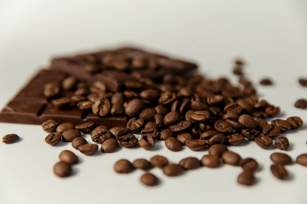 근접 커피 콩과 흰색 배경에 초콜릿.